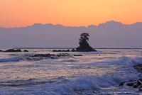 雨晴海岸から夜明の立山連峰と富山湾