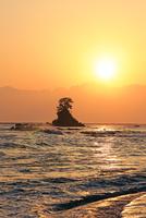 雨晴海岸から立山連峰からの日の出と富山湾