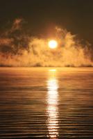 屈斜路湖のけあらしが立ち昇る朝