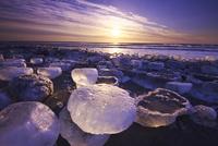 十勝川河口の氷と太平洋の日の出 26120025109| 写真素材・ストックフォト・画像・イラスト素材|アマナイメージズ
