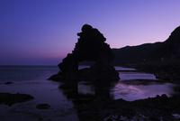 窓岩の朝 26120034931| 写真素材・ストックフォト・画像・イラスト素材|アマナイメージズ