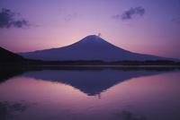 田貫湖の朝と富士山 26120038781| 写真素材・ストックフォト・画像・イラスト素材|アマナイメージズ