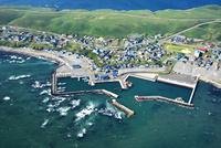 えりも岬漁港とえりも岬市街地 26120041747| 写真素材・ストックフォト・画像・イラスト素材|アマナイメージズ