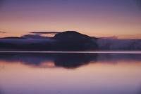 屈斜路湖の朝 26120041976  写真素材・ストックフォト・画像・イラスト素材 アマナイメージズ
