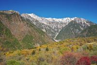 笠ヶ岳と抜戸岳と紅葉 26120041994| 写真素材・ストックフォト・画像・イラスト素材|アマナイメージズ