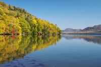 屈斜路湖と和琴半島の紅葉 26120042016  写真素材・ストックフォト・画像・イラスト素材 アマナイメージズ