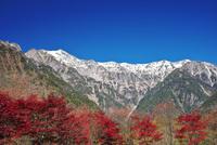 笠ヶ岳と抜戸岳と紅葉 26120042136| 写真素材・ストックフォト・画像・イラスト素材|アマナイメージズ