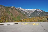 防災へリポートと笠ヶ岳と抜戸岳 26120042138| 写真素材・ストックフォト・画像・イラスト素材|アマナイメージズ