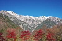 笠ヶ岳と抜戸岳と紅葉 26120042140| 写真素材・ストックフォト・画像・イラスト素材|アマナイメージズ