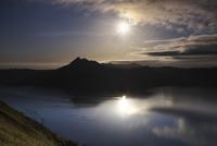 摩周湖の日の出 26120042156  写真素材・ストックフォト・画像・イラスト素材 アマナイメージズ