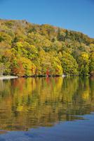 屈斜路湖と和琴半島の紅葉 26120042160  写真素材・ストックフォト・画像・イラスト素材 アマナイメージズ
