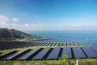 淡路貴船太陽光発電所と播磨灘 26120042198| 写真素材・ストックフォト・画像・イラスト素材|アマナイメージズ