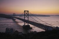 大鳴門橋と鳴門海峡の朝 26120042205  写真素材・ストックフォト・画像・イラスト素材 アマナイメージズ