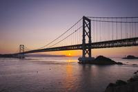 大鳴門橋と鳴門海峡の日の出 26120042207  写真素材・ストックフォト・画像・イラスト素材 アマナイメージズ