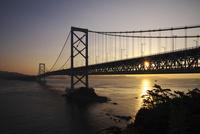 大鳴門橋と鳴門海峡の日の出 26120042209  写真素材・ストックフォト・画像・イラスト素材 アマナイメージズ
