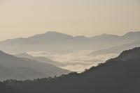 冠山峠付近より望む雲海 26120042251| 写真素材・ストックフォト・画像・イラスト素材|アマナイメージズ