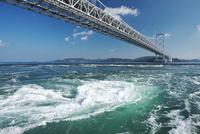 大鳴門橋と鳴門海峡の渦潮 26120042318  写真素材・ストックフォト・画像・イラスト素材 アマナイメージズ