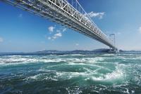 大鳴門橋と鳴門海峡の渦潮 26120042320  写真素材・ストックフォト・画像・イラスト素材 アマナイメージズ