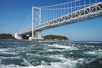 大鳴門橋と鳴門海峡の渦潮 26120042323  写真素材・ストックフォト・画像・イラスト素材 アマナイメージズ