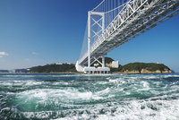 大鳴門橋と鳴門海峡の渦潮 26120042326  写真素材・ストックフォト・画像・イラスト素材 アマナイメージズ