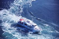 鳴門海峡の渦潮と観潮船 26120042328  写真素材・ストックフォト・画像・イラスト素材 アマナイメージズ