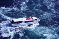 鳴門海峡の渦潮と観潮船 26120042329  写真素材・ストックフォト・画像・イラスト素材 アマナイメージズ