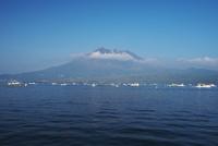桜島と鹿児島湾と漁船 26120042517| 写真素材・ストックフォト・画像・イラスト素材|アマナイメージズ