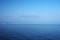 桜島と鹿児島湾と漁船 26120042633| 写真素材・ストックフォト・画像・イラスト素材|アマナイメージズ