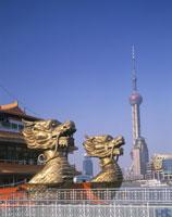 東方明珠と龍の飾りの遊覧船 26121002466| 写真素材・ストックフォト・画像・イラスト素材|アマナイメージズ