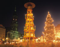 クリスマスツリーとクリスマスピラミット アルトマルクト広場