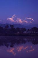 朝日とペワ湖(フェワ湖)とヒマラヤの山々 26121004260| 写真素材・ストックフォト・画像・イラスト素材|アマナイメージズ
