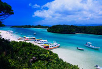 グラスボートと川平湾 26121004533| 写真素材・ストックフォト・画像・イラスト素材|アマナイメージズ