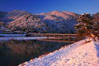 嵐山渡月橋と桂川の雪 日の出