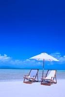 パラソルとデッキチェアーのコンドイビーチ 26121008070| 写真素材・ストックフォト・画像・イラスト素材|アマナイメージズ