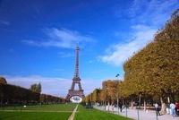 秋のシャン・ド・マルス公園とエッフェル塔