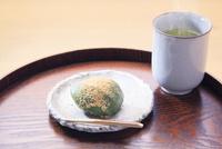 よもぎ餅とお茶 26121014027| 写真素材・ストックフォト・画像・イラスト素材|アマナイメージズ