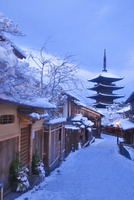 雪の八坂の塔と家並