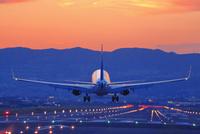 着陸する飛行機 26121031819| 写真素材・ストックフォト・画像・イラスト素材|アマナイメージズ