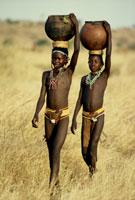 水を運ぶヌバの娘