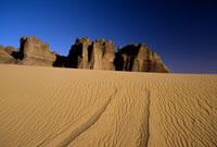 砂漠の轍 26140001130| 写真素材・ストックフォト・画像・イラスト素材|アマナイメージズ