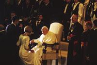 カップルを祝福するヨハネ・パウロ2世 26140001908| 写真素材・ストックフォト・画像・イラスト素材|アマナイメージズ