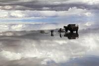 salar de uyuni 雨期 塩を掘る 26140001924| 写真素材・ストックフォト・画像・イラスト素材|アマナイメージズ