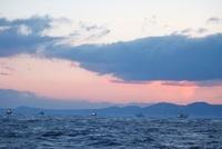 国後島の夜明けと漁船