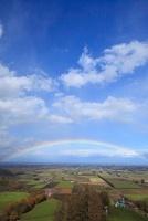 十勝の大地に二重に掛かる虹縦位置 26161000378| 写真素材・ストックフォト・画像・イラスト素材|アマナイメージズ