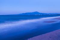 大山と黄昏時の海