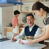 日本人シニア夫婦と娘のキッチンでのひと時