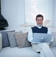 パソコンをする日本人シニア男性