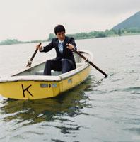 ボートを漕ぐビジネスマン