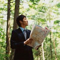 森林で地図を広げるビジネスマン 30003000325| 写真素材・ストックフォト・画像・イラスト素材|アマナイメージズ
