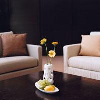 ガーベラの花と果物のあるリビング